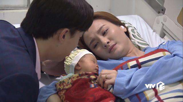 Hình ảnh khiến nhiều khán giả xúc động và không ngừng kỳ vọng về sự gắn kết giữa Thư - Vũ sau khi cu Bon ra đời.