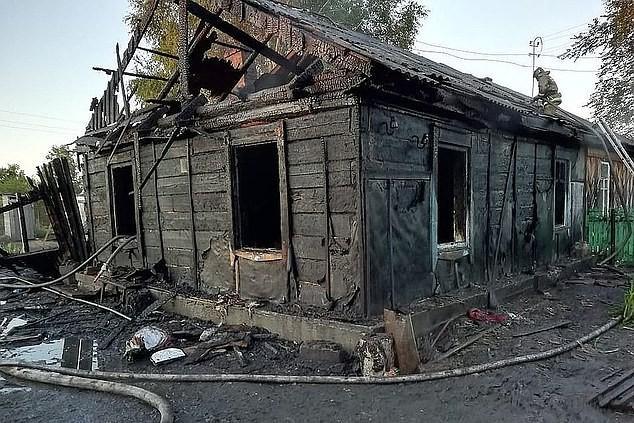 Căn nhà gỗ cháy rụi vì sự cố chập điện.