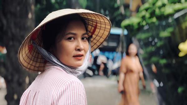 Thân Thúy Hà với tạo hình cô bán hoa trong phim Về nhà đi con.
