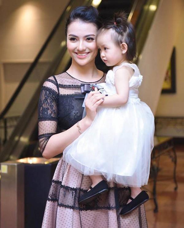 Hồng Quế và con gái nhỏ.