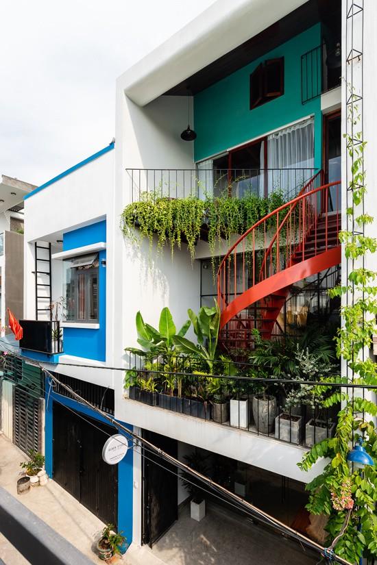 Ngôi nhà nằm trên một con hẻm rộng 2,5 m, trong một khu dân cư thấp tầng tại Thanh Khê, Đà Nẵng. Đây là nơi sinh sống đồng thời kinh doanh của một cặp vợ chồng 9x người Quảng Nam. Trước khi xây nhà vào năm 2018, họ đã mơ ước về một tổ ấm với nhiều không gian sinh hoạt chung rộng rãi, có nhiều góc nhỏ để con trẻ nô đùa