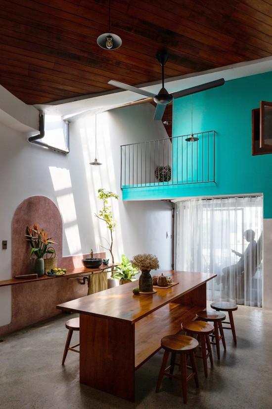 Toàn bộ tầng 3 là không gian sống của gia đình. Ba gian nhà được sắp xếp theo chiều dọc khu đất (5 x15m). Gian trước là không gian ở cho những đứa con trong tương lai. Gian giữa là khu sinh hoạt kết hợp ăn uống và tiếp khách. Gian sau cùng là không gian ngủ của 2 vợ chồng.