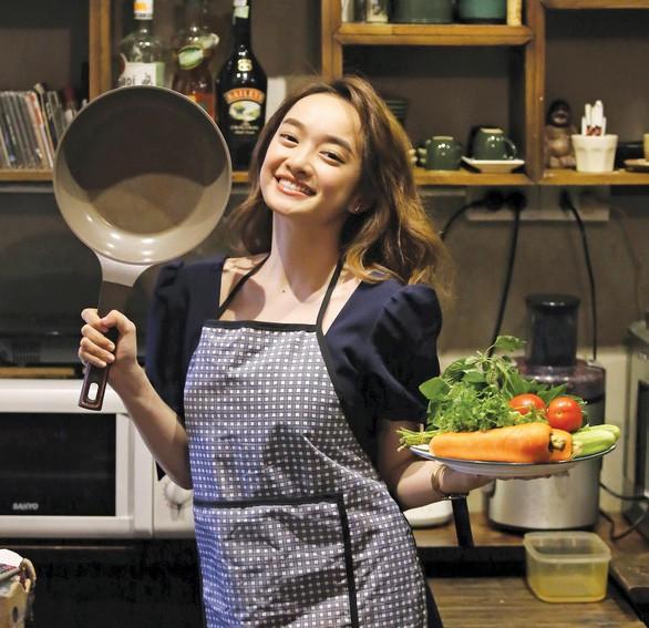 Là thế hệ trẻ lớn lên cùng với bánh mì bơ đậu phộng, spaghetti, thức ăn nhanh, thế nhưng từ khi mới 10 tuổi, bà nội và mẹ cô đã dạy cho Kaity nấu nướng.
