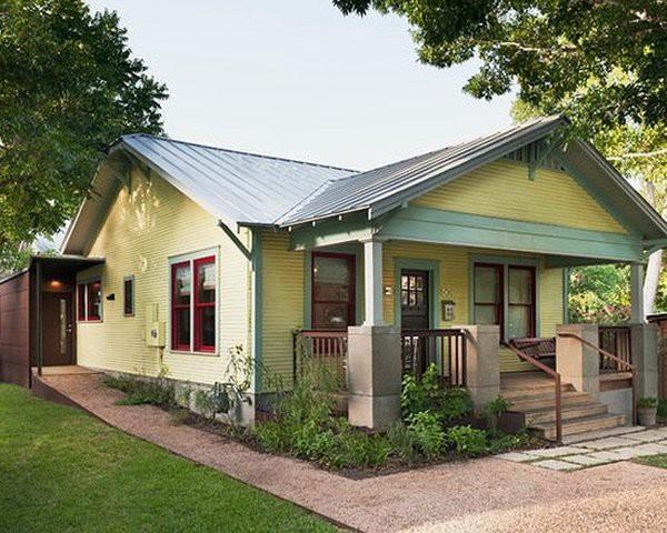 Ngôi nhà nhỏ xinh với mái tôn dốc.