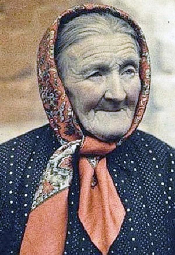 Bà Prosvirnina coi sinh vật lạ như là con trai mình.