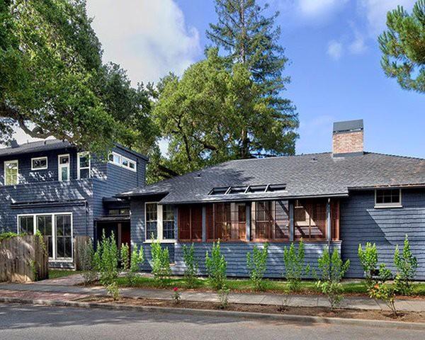 Màu sắc xám đậm hợp với cửa kính tạo nên vẻ đẹp ấn tượng cho căn bungalow này.