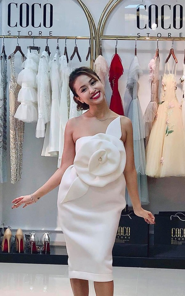 Trong một bộ váy khác, dân mạng cũng dễ dàng soi ra vòng 2 bất thường của người đẹp Hà Thành.