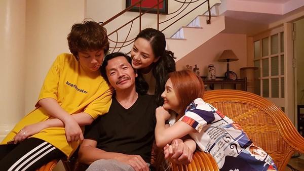 Ga đình hạnh phúc của ông Sơn trong Về nhà đi con.
