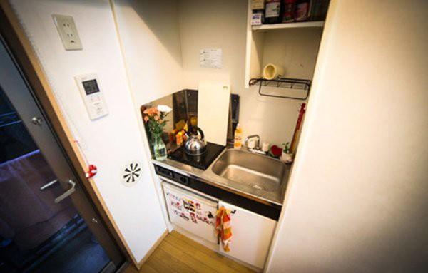 Khu vực nhà bếp nhỏ hẹp chỉ có thể nấu được những món ăn đơn giản.