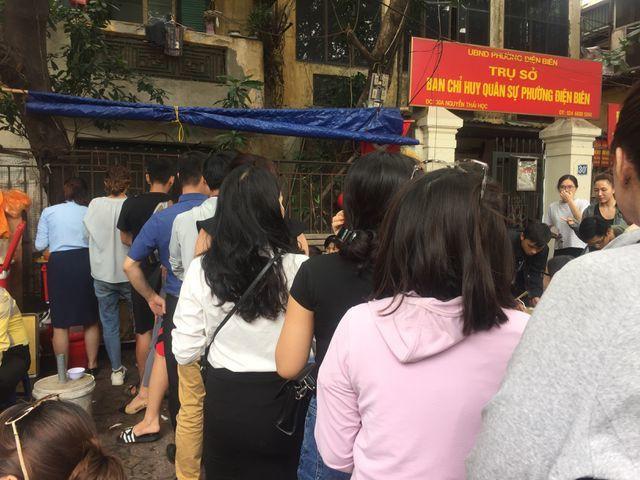 Hàng đoàn người xếp hàng trên phố Nguyễn Thái Học chờ thưởng thức tô bún cá từ bà chủ cửa hàng
