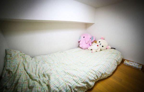 Khu vực phòng ngủ khá nhỏ hẹp của Emma.