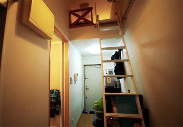 Chiếc thang gỗ nối liền các tầng trong nhà.