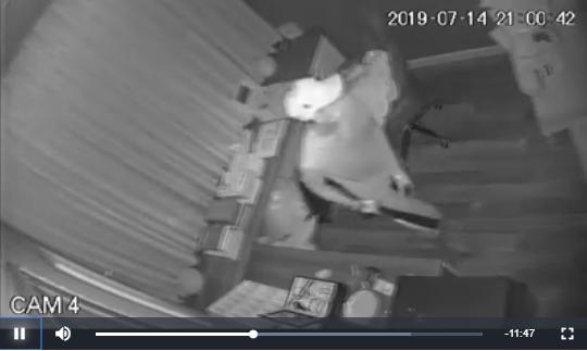Trộm đột nhật vào nhà lục lọi nhà ca sĩ Nhật Kim Anh. Ảnh cắt từ camera