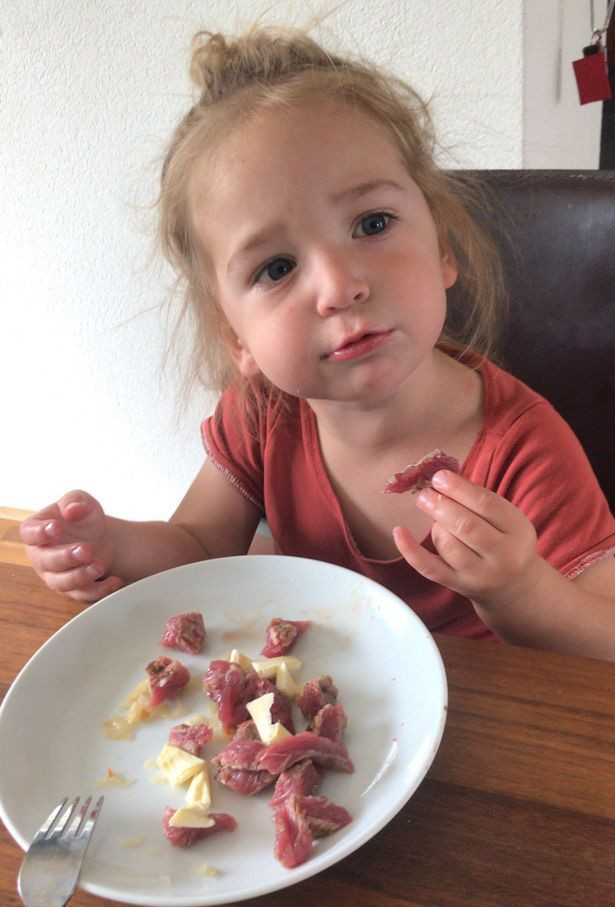 Bà mẹ trẻ cho con trai 2 tuổi ăn thịt và nội tạng sống, không có bất cứ loại rau nào trong bữa ăn - Ảnh 2.