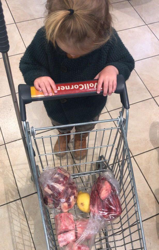 Bà mẹ trẻ cho con trai 2 tuổi ăn thịt và nội tạng sống, không có bất cứ loại rau nào trong bữa ăn - Ảnh 3.
