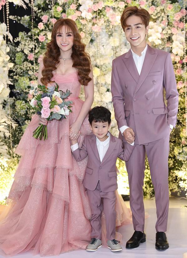 Con trai Thu Thuỷ mặc vest ton-sur-ton với bố dượng trong ngày tái hôn của mẹ. Cậu bé đã gọi Kin Nguyễn là bố và được anh xem như con ruột.