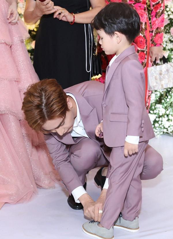 Doanh nhân 9X ân cần chăm sóc, chỉnh trang phục cho con riêng của vợ. Anh chưa từng làm cha nhưng rất khéo dỗ dành và hiểu tâm lý trẻ nhỏ.
