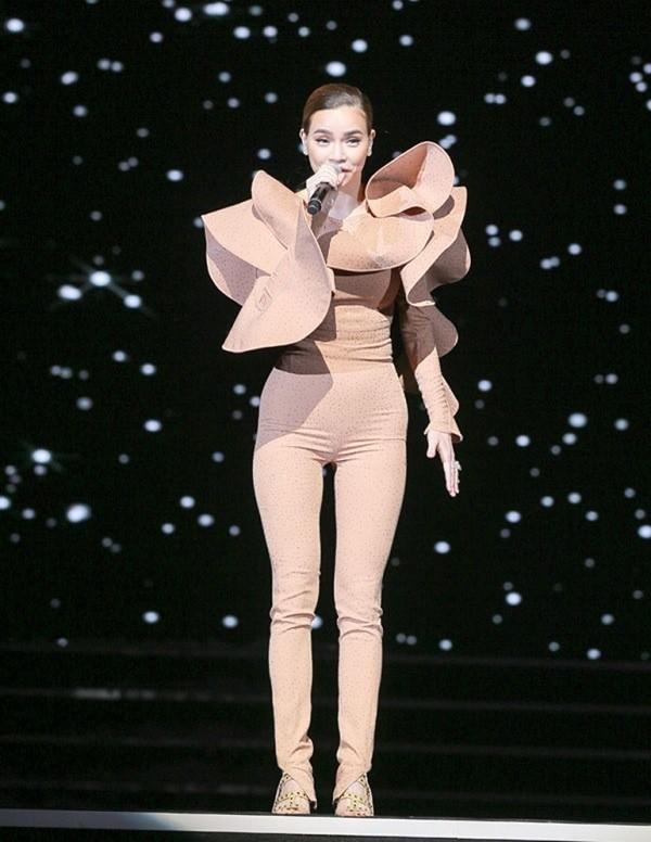 Sở hữu thân hình mảnh mai nên Hồ Ngọc Hà dễ dàng diện các thiết kế màu nude. Tuy nhiên, với nhược điểm đôi chân khá khẳng khiu, bộ jumsuit màu nude cầu kỳ này đã khiến cho mỹ nhân họ Hồ giảm điểm đi một chút.