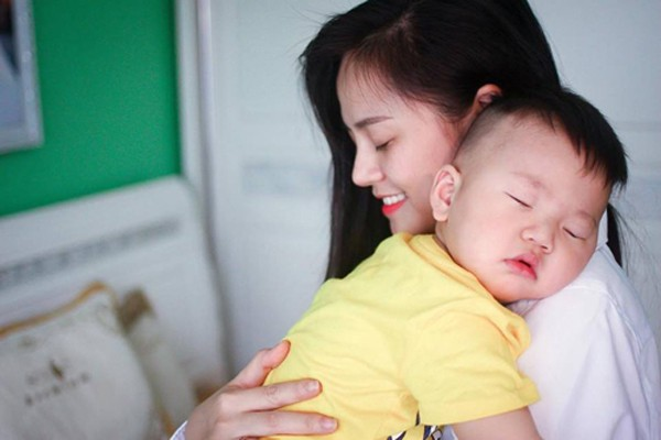 Thu Quỳnh và con trai nhỏ.