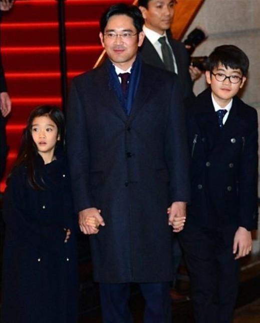 4 năm trước là lần xuất hiện gần đây nhất của người cha quyền lực với cậu con trai cả Lee Ji-ho và con gái út Lee Won-ju trên thảm đỏ sự kiện.