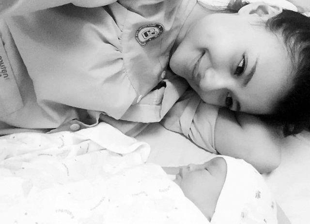 Hồng Quế xúc động khi xem phân cảnh Thư đi sinh em bé. Cô tủi thân khi nhớ lại câu chuyện của mình khi xưa.