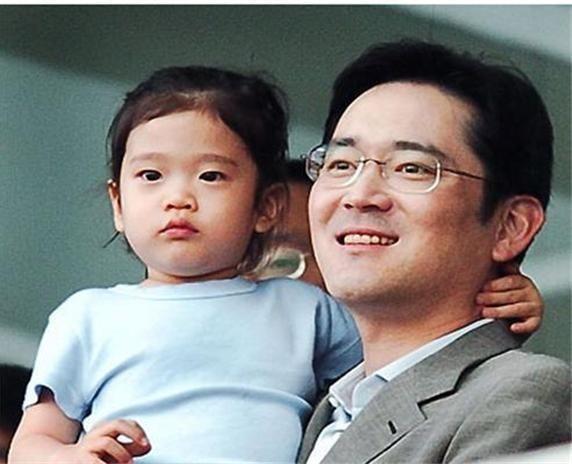 Tình cảm mà phó chủ tịch Lee dành cho con gái rượu được khá nhiều người trong giới kinh doanh biết đến. Cô bé được cho là có 3 năm sống ở Mỹ trước khi trở về Hàn Quốc và học trường quốc tế.