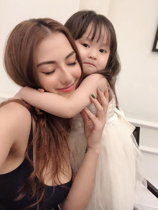 Hồng Quế hiện tại mạnh mẽ nuôi con. Bé Cherry - con gái Hồng Quế càng lớn càng tình cảm, quan tâm mẹ.
