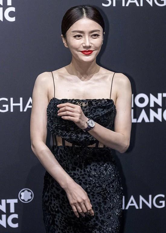 Tần Lam dự một sự kiện của thương hiệu Mont Blanc hôm 18/7 ở Thượng Hải, nữ diễn viên mặc bộ đồ gợi cảm, khoe vai trần, eo thon. Tuy nhiên, những tấm ảnh không được chỉnh sửa cho thấy ngôi sao Hoa ngữ đã lộ dấu vết tuổi tác với những vùng nhăn ở cổ, đuôi mắt...