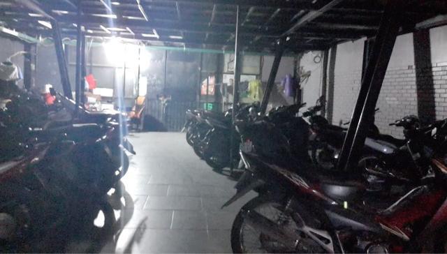 Tại Gaming X (Cầu Giấy, Hà Nội), dù cửa bên ngoài được khóa kín nhưng bên trong vẫn có la liệt xe của khách. Ảnh: PV