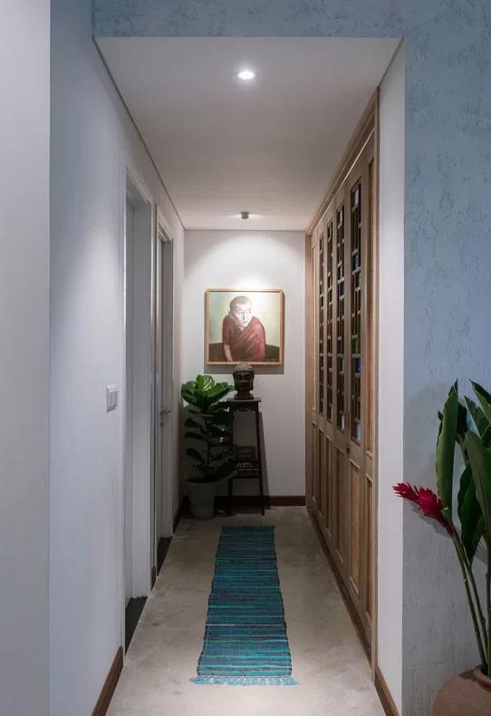 Hành lang dẫn tới 2 phòng ngủ trong nhà đồng thời cũng tạo ra một ranh giới giữa không gian phòng khách và phòng ăn.