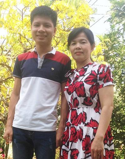 Chân dung chàng thủ khoa khối A tỉnh Đồng Nai và mẹ. Ảnh: Thái Hà.