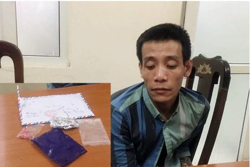 Thanh niên giấu ma túy trong ví bị lực lượng 141 phát hiện.