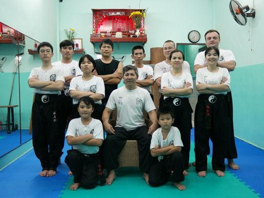 Võ sư Nam Nguyên Khánh (ngồi giữa) và các học trò
