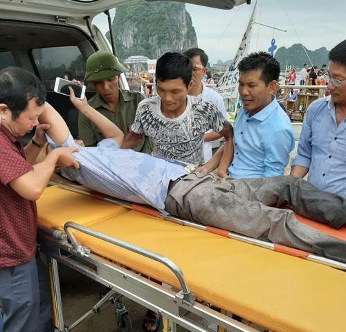 Những người bị thương được đưa đi cấp cứu. Ảnh: Minh Cương