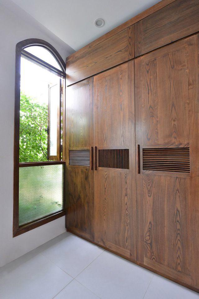Tủ quần áo trong phòng ngủ được thiết kế đặc biệt để kê vừa góc xéo của căn nhà.