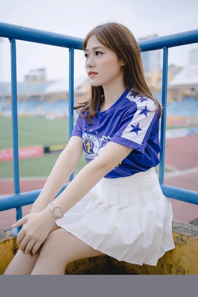 Sở hữu bề ngoài nữ tính, xinh đẹp nhưng hot girl Xây dựng có khá nhiều sở thích mạnh mẽ, điển hình như bóng đá. Mới đây, cô là người mẫu cổ động cho CLB Hà Nội.