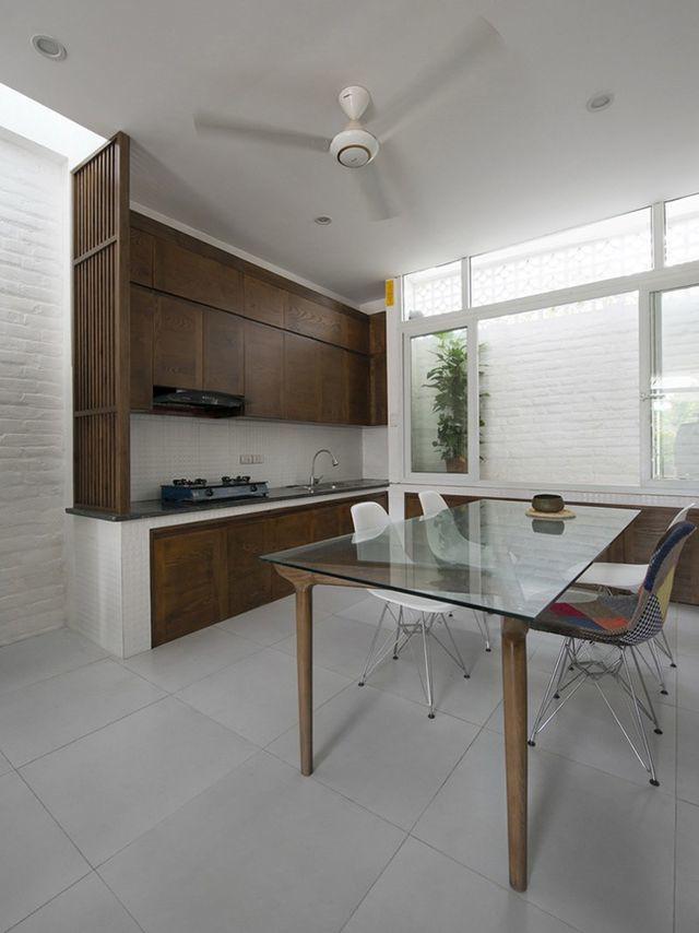 Sát bếp là giếng trời giúp làm bay bớt mùi khi nấu nướng và đem ánh sáng tự nhiên vào căn phòng.