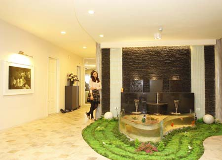 Căn hộ do chính ông xã của Lã Thanh Huyền thiết kế theo phong cách hiện đại. Theo Lã Thanh Huyền, đồ đạc trong nhà đều được đặt mua từ nước ngoài.