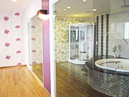 Phòng ngủ được thiết kế thông với phòng tắm với cửa kính ngăn cách.
