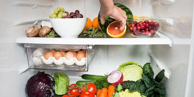 Các loại thực phẩm trong tủ lạnh nên tách riêng sống, chín để tránh nhiễm khuẩn chéo.