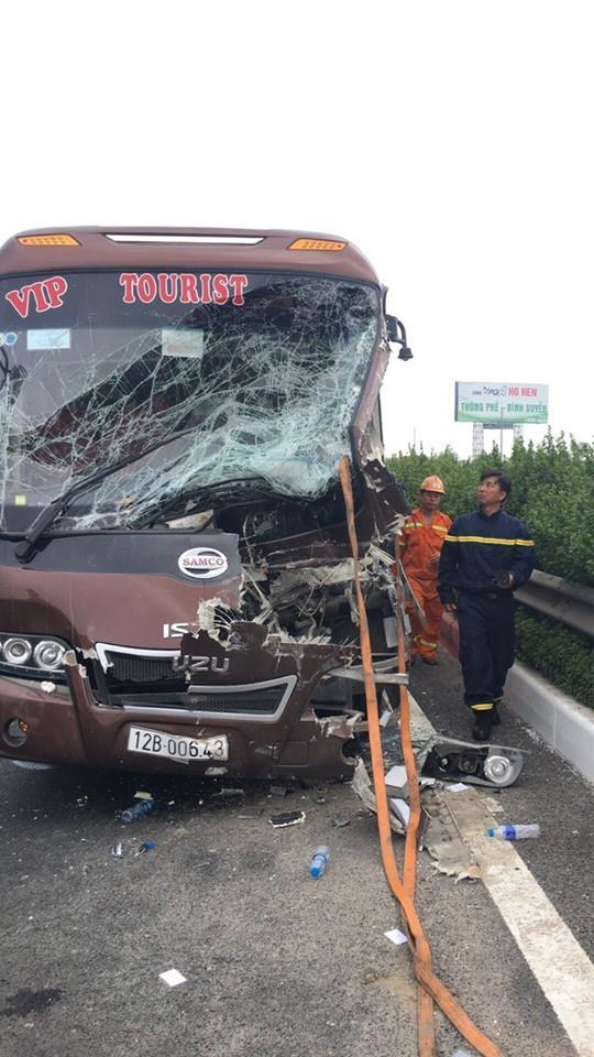 10 người bị thương sau cú va chạm giữa xe khách và xe quét rác - Ảnh 1.