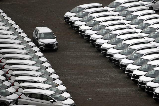 Hàng ngoại về ồ ạt, nội địa dư thừa lắp ráp, ô tô giảm giá tận cùng - Ảnh 1.