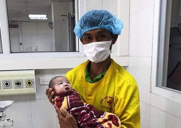 Cứu sống bé gái sơ sinh bị xuất huyết phổi nặng bằng phương pháp thử máy cao tần HFO, cầm máu và bơm sunfactan - Ảnh 1.