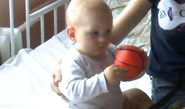 Rơi xuống từ tầng 5, cậu bé 11 tháng tuổi sống sót nhờ thứ không ngờ này - Ảnh 2.