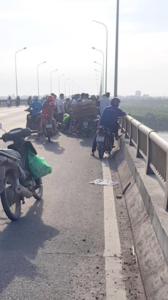Hà Nam: Cô gái trẻ để lại xe máy, điện thoại rồi nhảy xuống sông Hồng tự tử - Ảnh 1.