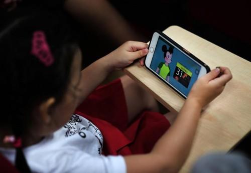 Bà mẹ Mỹ chia sẻ cách bảo vệ con khỏi nội dung xấu trên Youtube  - Ảnh 1.