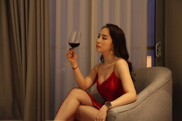 Diện váy ren ngủ sexy, Nhã Quỳnh Nga suýt ngã sấp mặt khi quyến rũ Vũ - Quốc Trường trong Về nhà đi con - Ảnh 2.
