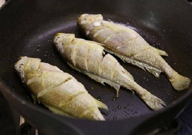 Dù rán cá gì, hãy thêm bước này, da cá vàng giòn không nát để kho cũng rất ngon  - Ảnh 2.