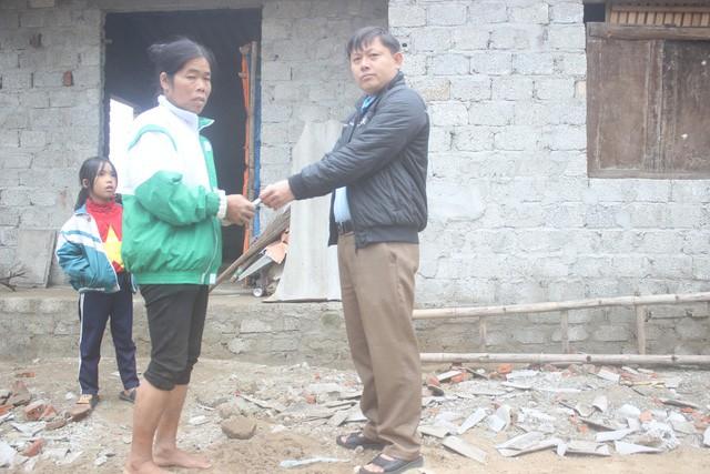 Anh Trần Hùng (người dân xã Xuân Trường) trao số tiền 5 triệu đồng cho mẹ con bà Tâm.