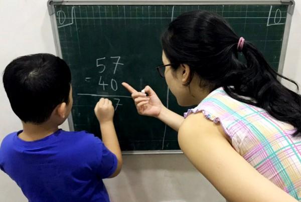 Chị Nhàn (Hà Đông, Hà Nội) đã chuẩn bị kỹ năng, tinh thần cũng như đọc viết cơ bản cho con trai trước khi bé vào tiểu học. Ảnh: Lê Nhàn.